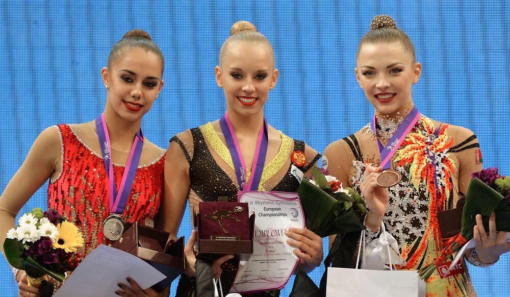 Les médaillés dans les exercices au ballon chez les seniors aux Championnats d'Europe de gymnastique rythmique à Minsk lors de la cérémonie de remise des médailles (de gauche à droite): Margarita Mamoun (Russie) – 2e place, Iana Koudriavtseva (Russie) – 1e place, Melitina Staniouta (Biélorussie) – 3e place