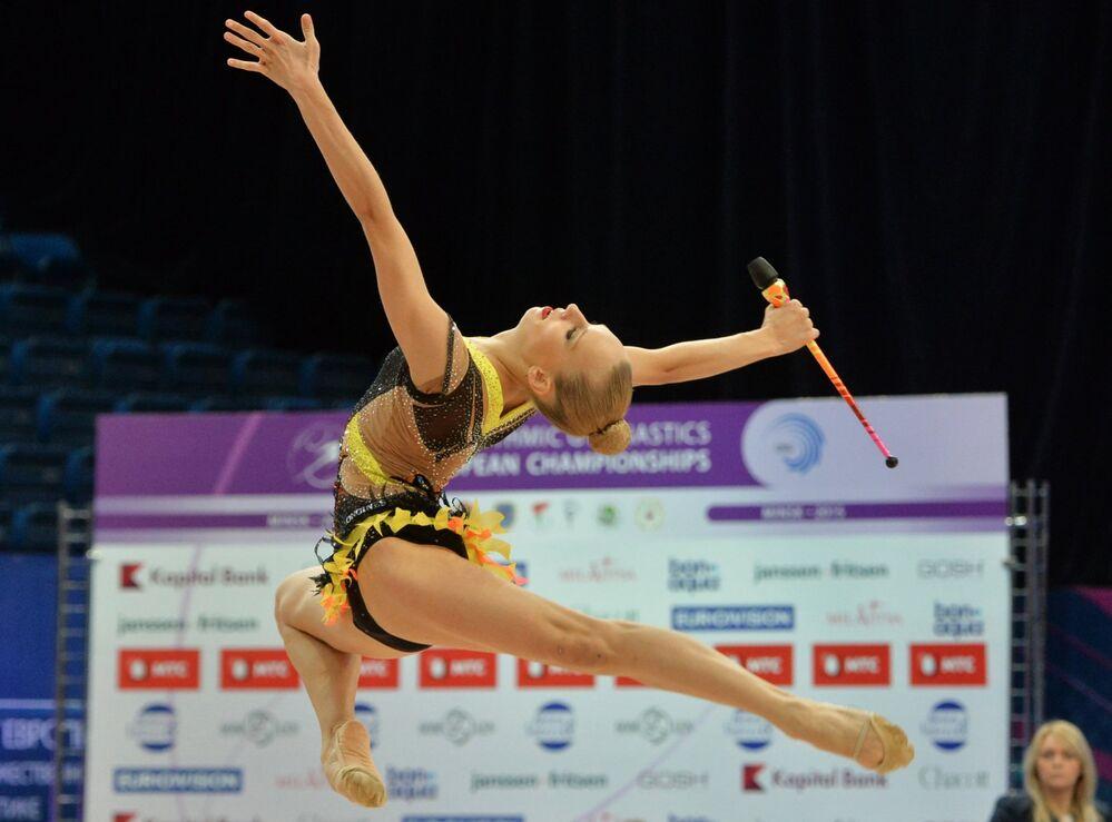 Yana Kudriavtseva (Russie) accomplit un exercice aux massues en finale senior aux Championnats d'Europe de gymnastique rythmique à Minsk