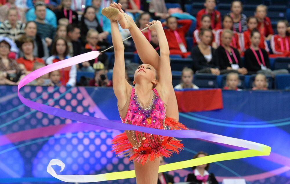 Yana Kudriavtseva (Russie) accomplit un exercice au ruban en finale senior aux Championnats d'Europe de gymnastique rythmique à Minsk