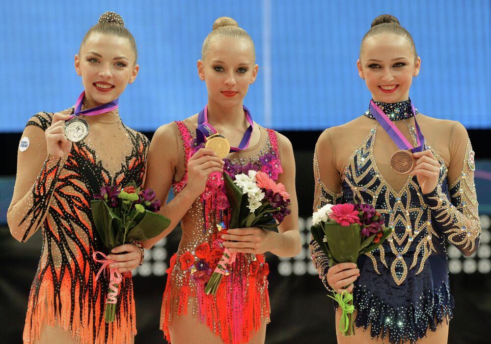 Les médaillées des épreuves senior au ruban aux Championnats d'Europe de gymnastique rythmique à Minsk à la cérémonie de remise des médailles (de gauche à droite): Melitina Staniouta (Biélorussie) – 2e place, Iana Koudriavtseva (Russie) – 1e place, Marina Dourounda (Azerbaïdjan) – 3e place