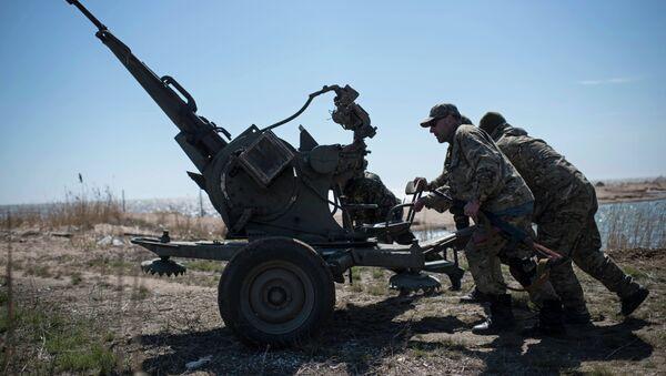 Ukrainian servicemen deploy a weapon at the beach of the Azov Sea in Shyrokyne, eastern Ukraine - Sputnik France