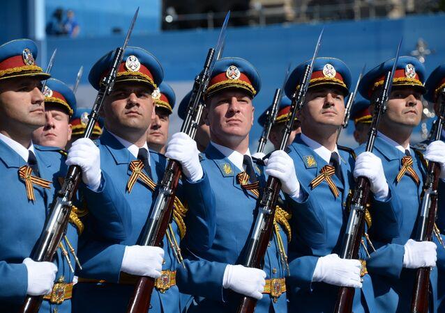 Militaires serbes lors de la répétition générale du défilé de la Victiore