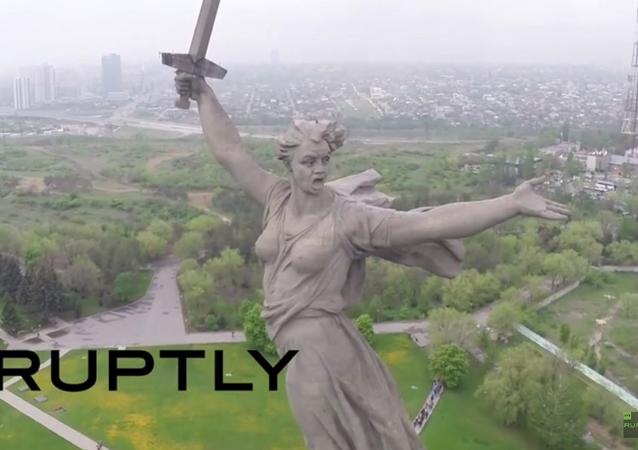Monuments à la 2e GM: un drone survole La Mère-Patrie à Volgograd