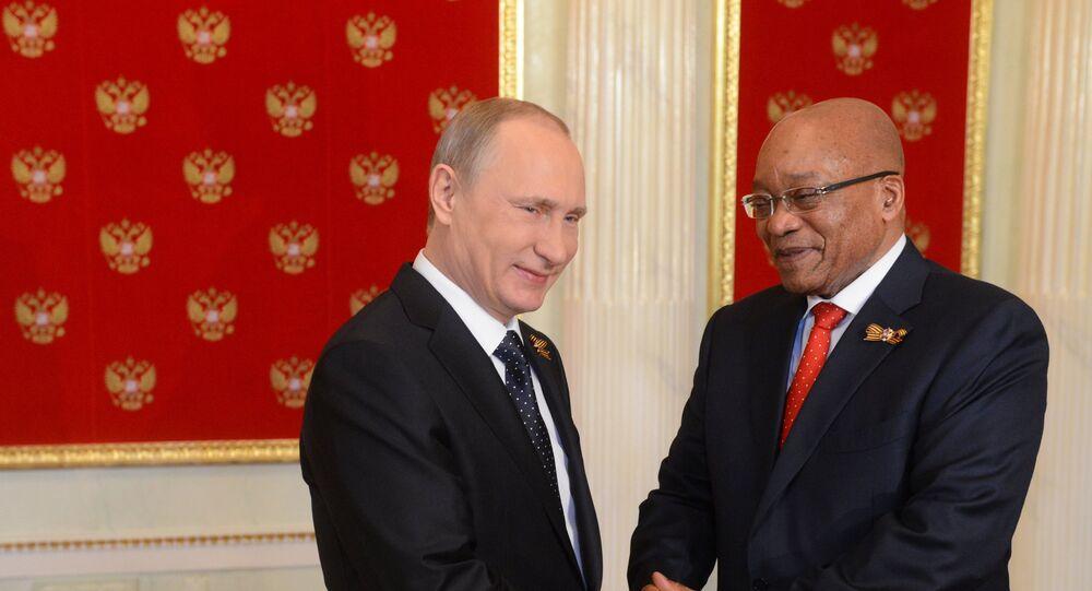 Vladimir Poutine (à gauche) et le président de la République d'Afrique du Sud Jacob Zuma