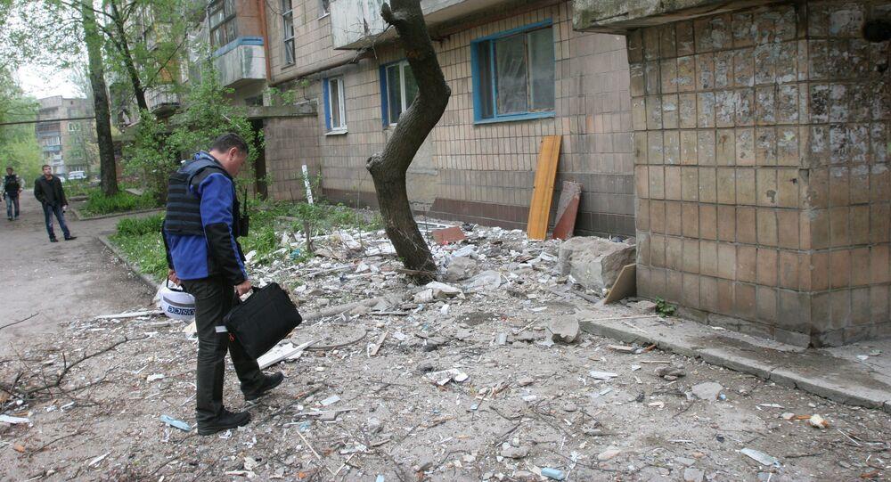 Donetsk: un envoyé de l'OSCE examine une maison endommagée par les tirs