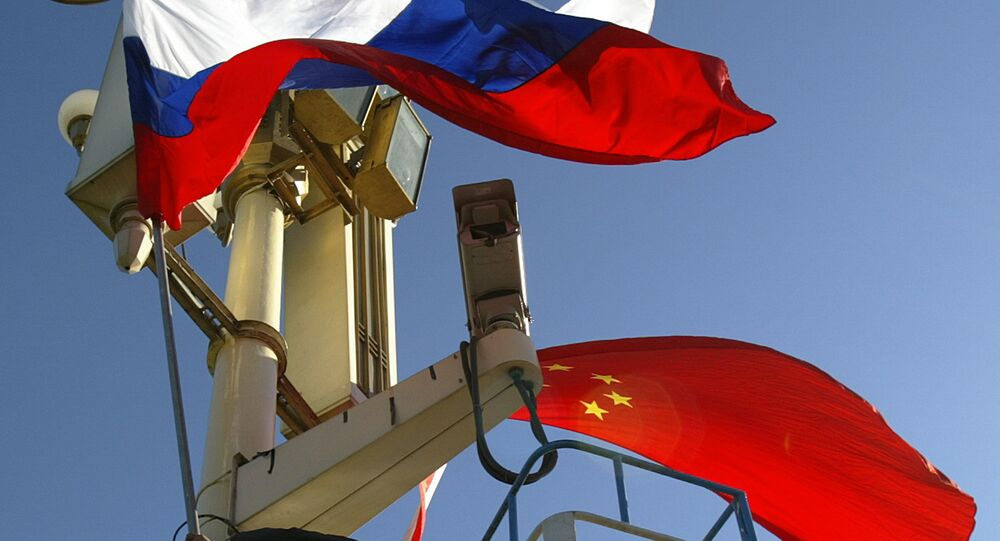 Les drapeaux russes et chinois à Pékin (archive photo)