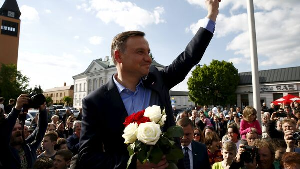 Andrzej Duda, candidate of the conservative opposition Law and Justice (PiS) party shows the victory sign during his election campaign, a day after the first round of the Polish presidential elections in Sochaczew, near Warsaw, Poland, May 11, 2015 - Sputnik France