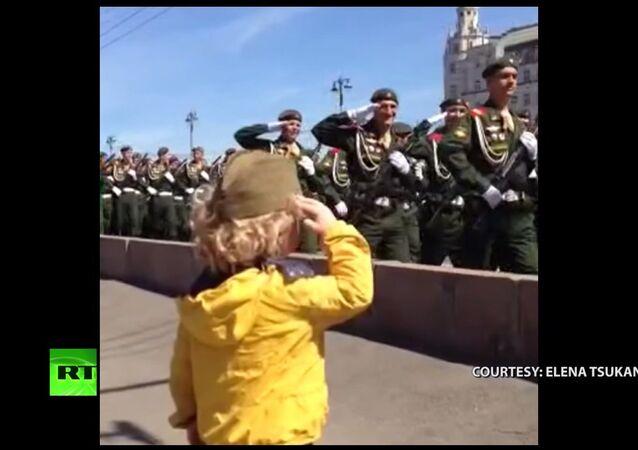 Moscou: un général en herbe passe en revue ses troupes