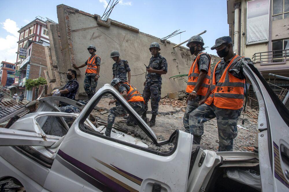 Des militaires inspectent un bâtiment détruit par une nouvelle réplique. Le 12 mai 2015