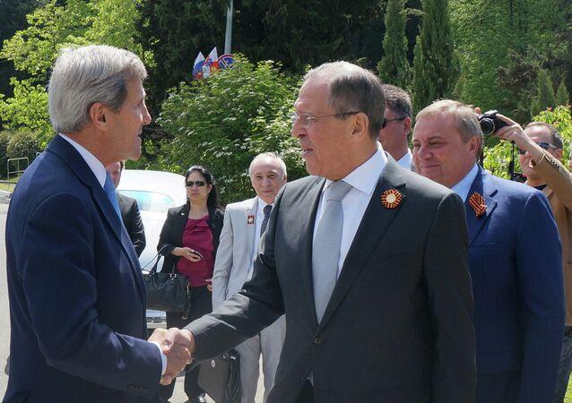 John Kerry et Sergueï Lavrov échangeant une poignée de main à Sotchi