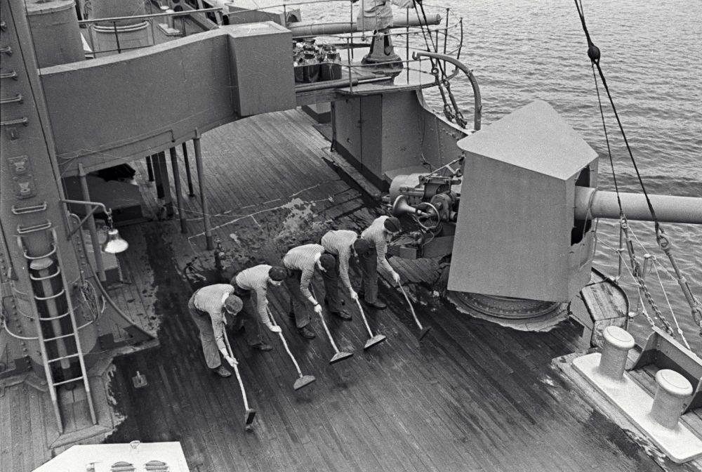 Des matelots nettoient le pont du croiseur. Le 4 septembre 1967