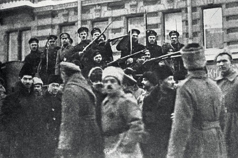 Des marins du croiseur dans les rues de Petrograd, octobre 1917