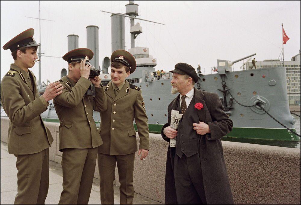 Un sosie de Vladimir Lénine se prend en photo près du croiseur Aurore