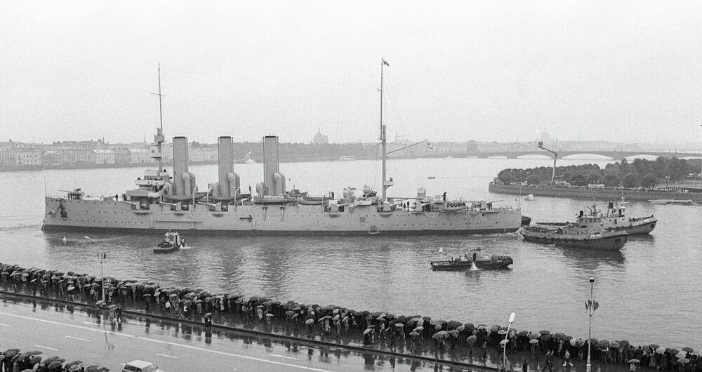 Restauré, le croiseur Aurore gagne les eaux de la Neva