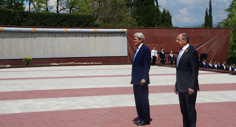 Sergueï Lavrov (à droite) et John Kerry déposent une gerbe au monument aux morts pendant la guerre de 1941-45, à Sotchi