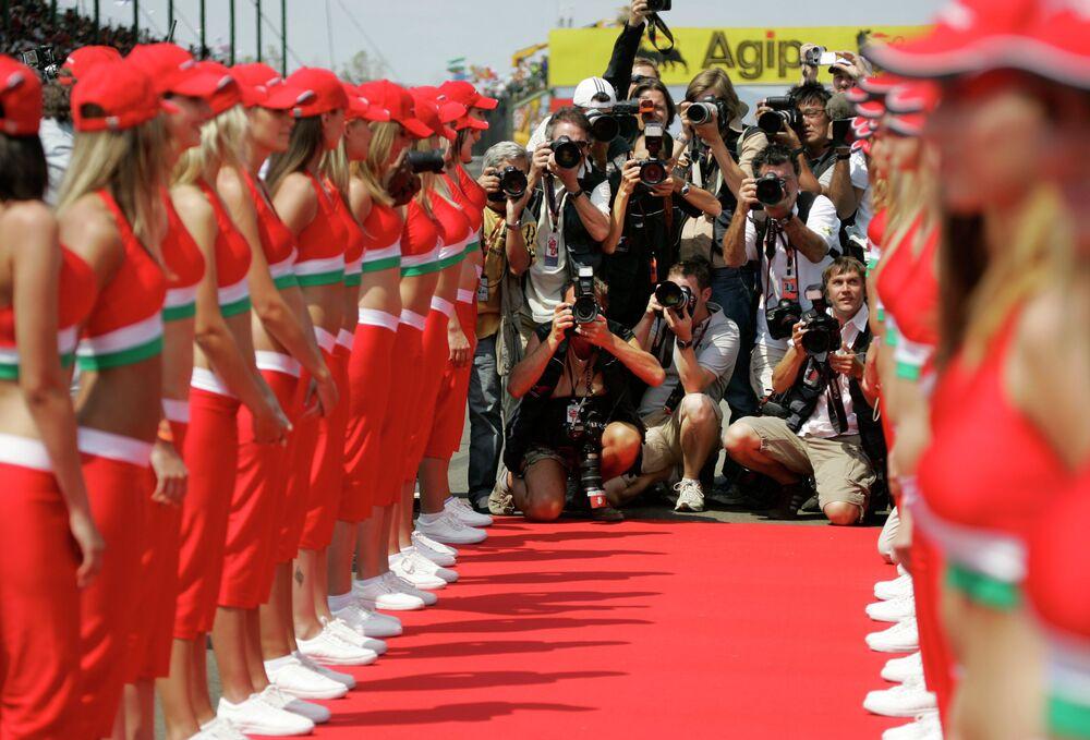 Les grid-girls s'alignent en attendant le défilé des pilotes avant le Grand Prix de Formule 1 de Hongrie à Budapest (2007)
