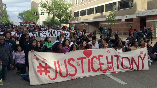Protesters rally during a march after hearing the police officer who shot Tony Robinson would not be charged Tuesday, May 12, 2015, in Madison - Sputnik France