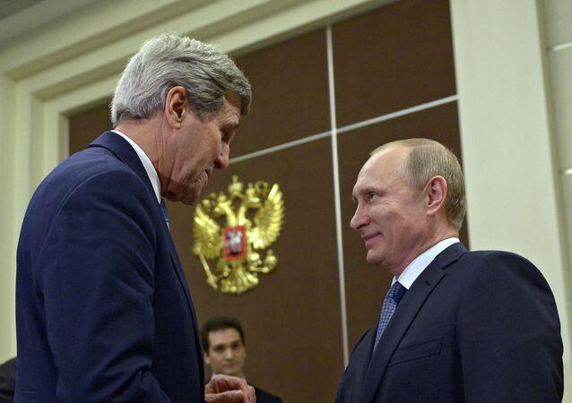 Vladimir Poutine (à droite) et John Kerry
