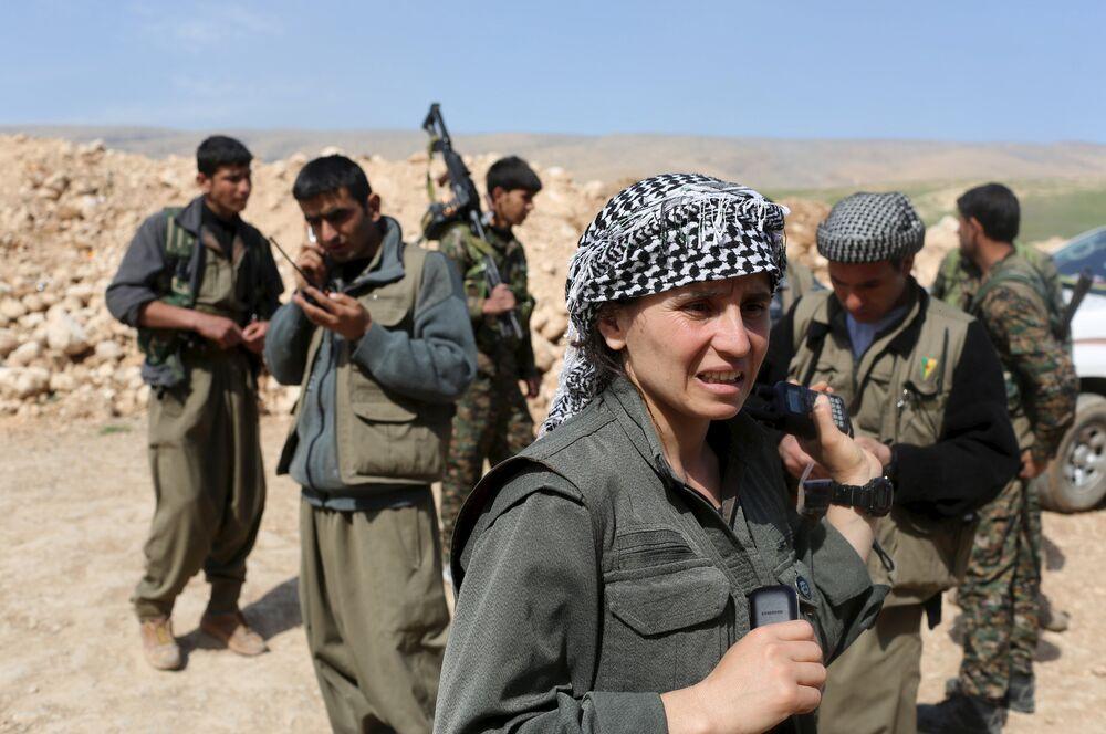 Une combattante à la base militaire du Parti des travailleurs du Kurdistan (PKK) sur le mont Sinjar, dans le nord de l'Irak