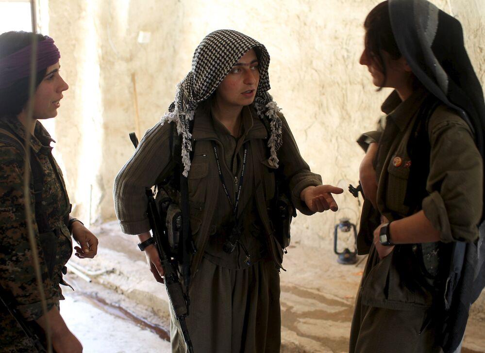 Combattantes des Unités de protection populaire kurdes (YPG)