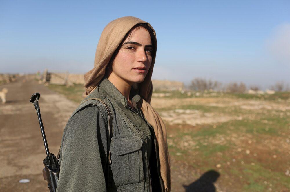 Une combattante du PKK à un poste de contrôle sur le mont Sinjar