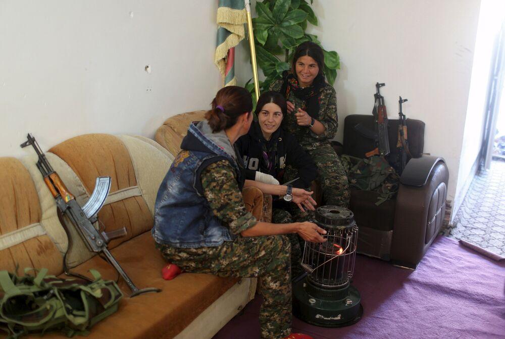 Des femmes soldats en repos à la base militaire du PKK sur le mont Sinjar