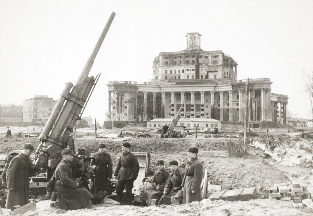 Des canons antiaériens installés sur une des places de Moscou, 1941