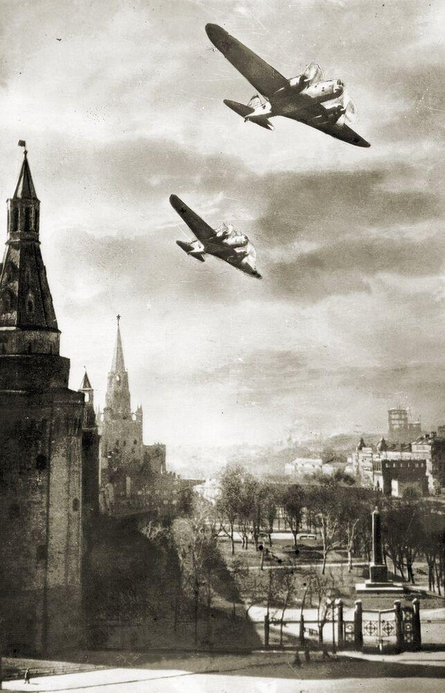 Un avion de chasse volant  en direction de l'ouest, 1942