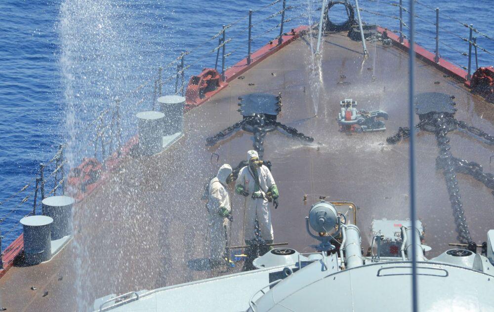 Des militaires s'exercent à riposter à une attaque chimique à bord du croiseur lance-missiles Moskva