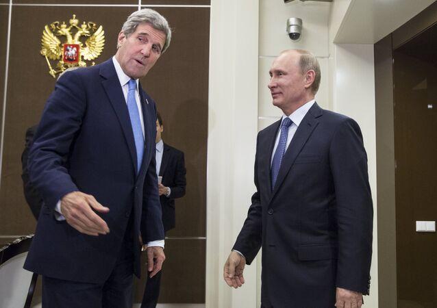 Vladimir Poutine et John Kerry (à gauche) lors de leur rencontre à Sotchi