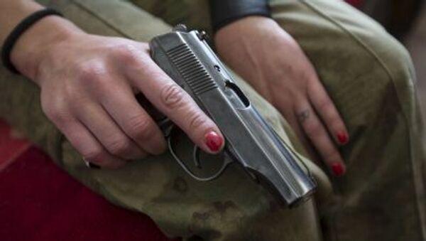 Пистолет в руках ополченец ДНР - Sputnik France