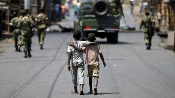 Мальчики идут пешком за патрулем солдат в Бужумбуре - Sputnik France
