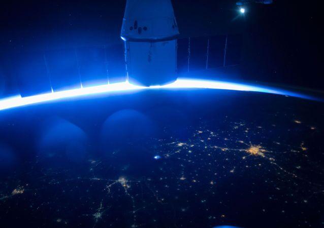 Le vaisseau cargo Dragon de l'entreprise SpaceX dans l'espace