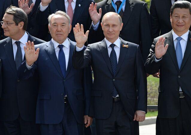 Vladimir Poutine (deuxième à droite) et ses hôtes après le défilé de la Victoire à Moscou