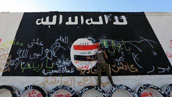 Image du drapeau de l'Etat islamique sur un mur - Sputnik France