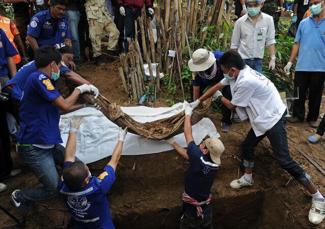 Corps extraits d'une fosse commune en Malaisie