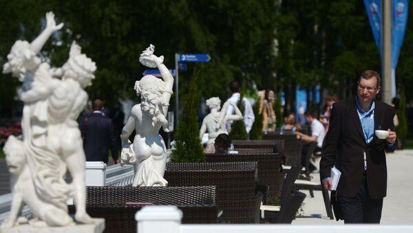 Участник XVIII Петербургского международного экономического форума на территории выставочного комплекса Ленэкспо. - Sputnik France