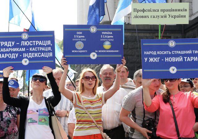 Les syndicats ukrainiens lancent des actions de protestation en face du siège du gouvernement à Kiev