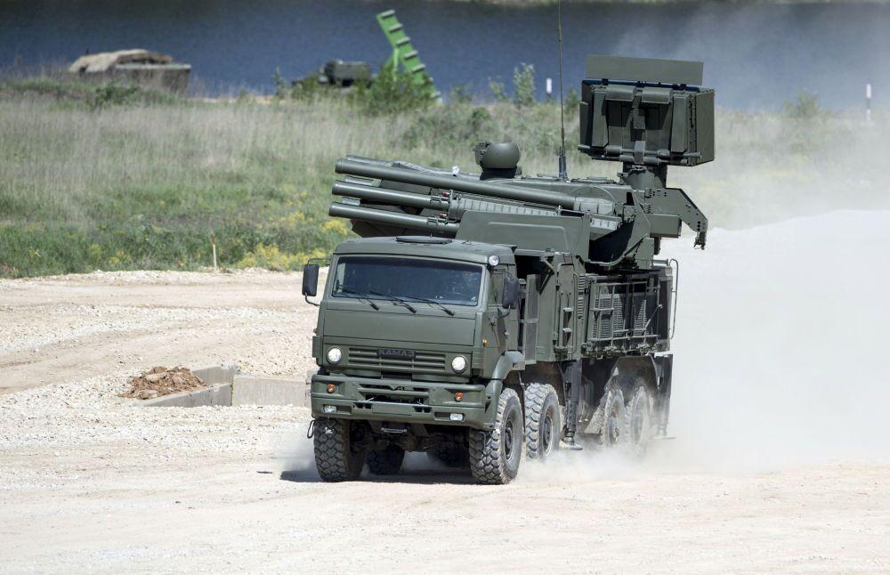 Un système sol-air de courte portée Pantsir-S monté sur le châssis Kamaz-6560