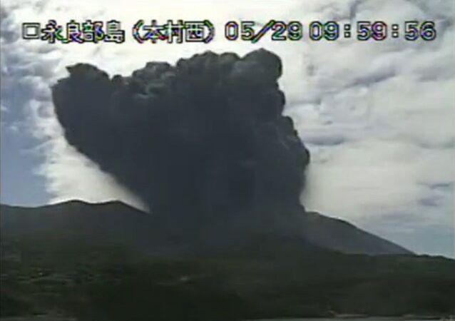 Eruption d'un volcan au Japon: les habitants d'une île évacués