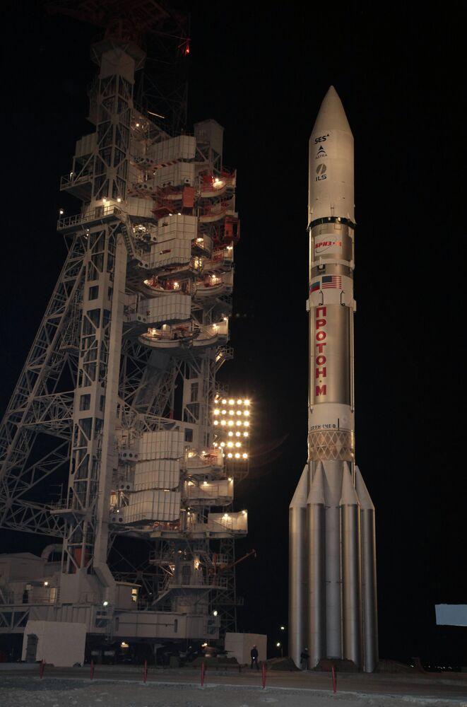 Le lanceur russe Proton-M transportant le satellite de télécommunication Astra-2E installé sur la rampe de lancement du cosmodrome de Baïkonour