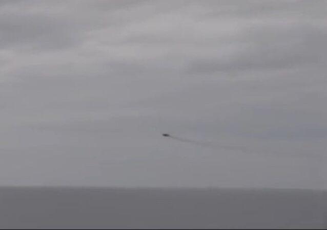 Un chasseur russe survole un destroyer US