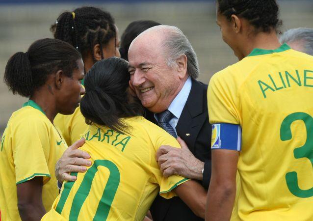Joseph Blatter salue l'équipe féminine de football du Brésil