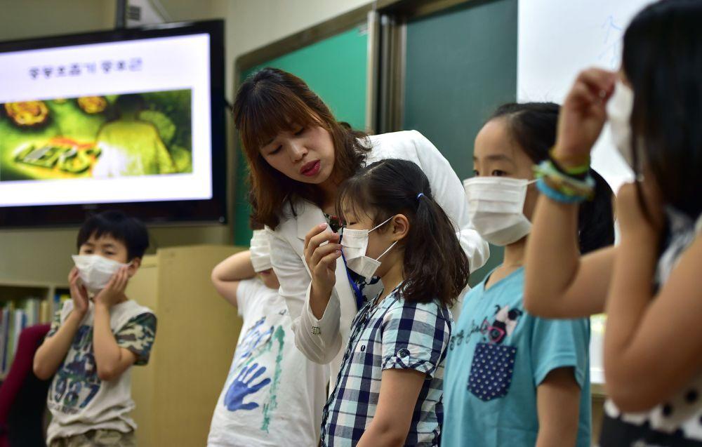 Les élèves d'une école de Séoul mettent des masques lors d'une leçon spéciale consacrée au virus MERS