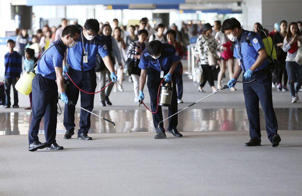 Des employés de l'aéroport international d'Incheon désinfectent les locaux