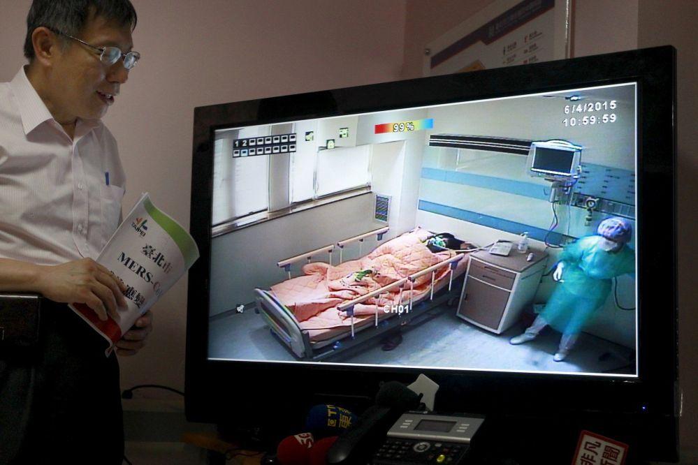 Le maire de Taipei Ko Wen-je suit le déroulement d'exercices de lutte contre le virus MERS dans un hôpital de Taipei (capitale de Taiwan)