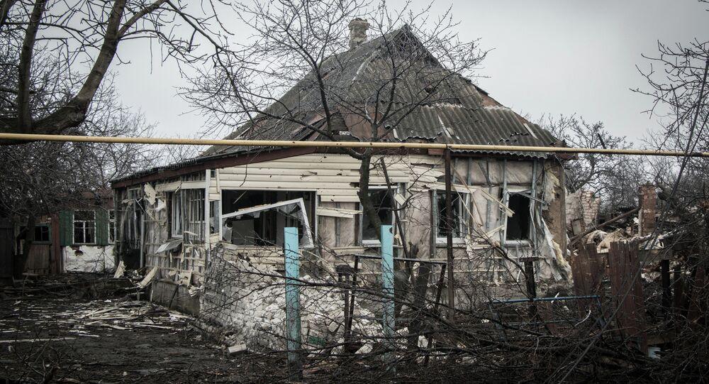 Une maison détruite lors des hostilités dans le Donbass