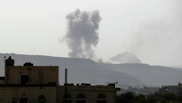 Smoke billows following an air-strike by the Saudi-led coalition on an army arms depot, now under Shiite Huthi rebel control on June 7, 2015 - Sputnik France