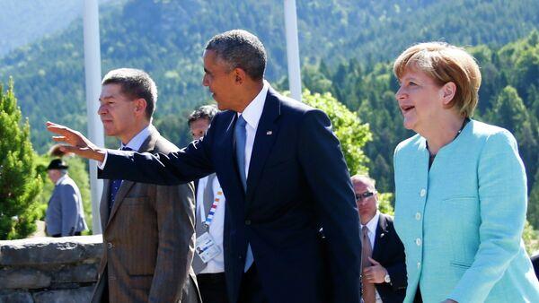 German Chancellor Angela Merkel and her husband Joachim Sauer (L) walk with U.S. President Barack Obama in Kruen, southern Germany, June 7, 2015. - Sputnik France