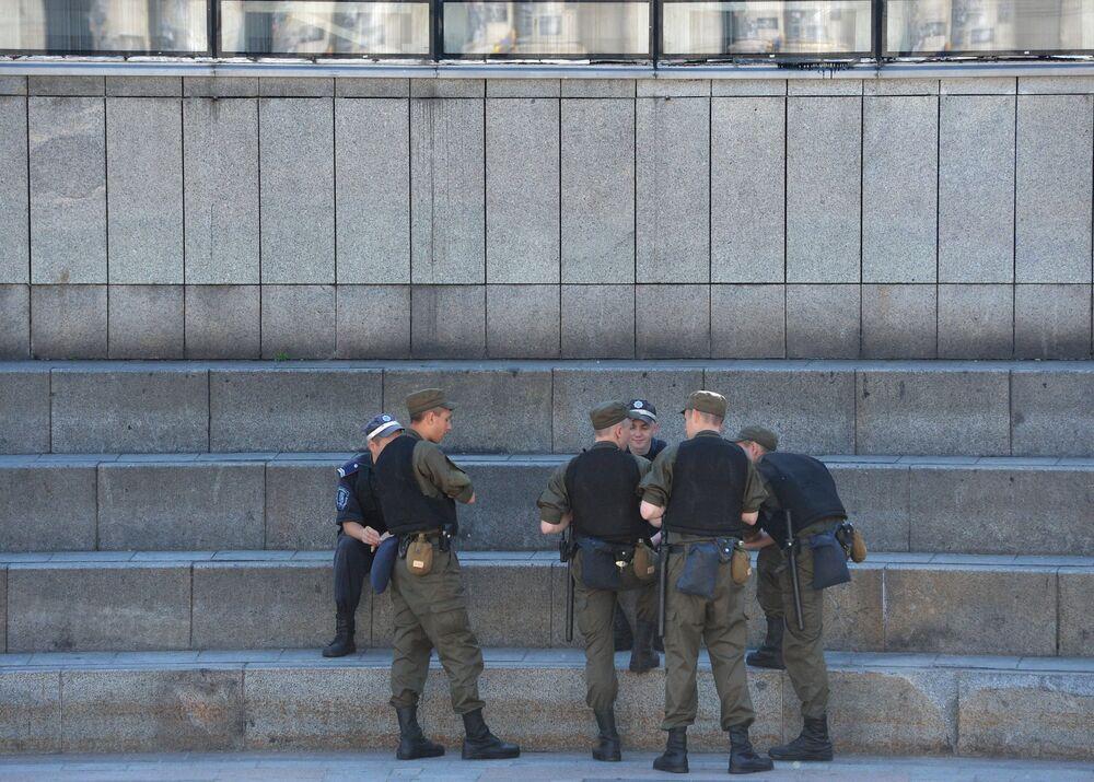 Des policiers sur la place de l'Indépendance à Kiev